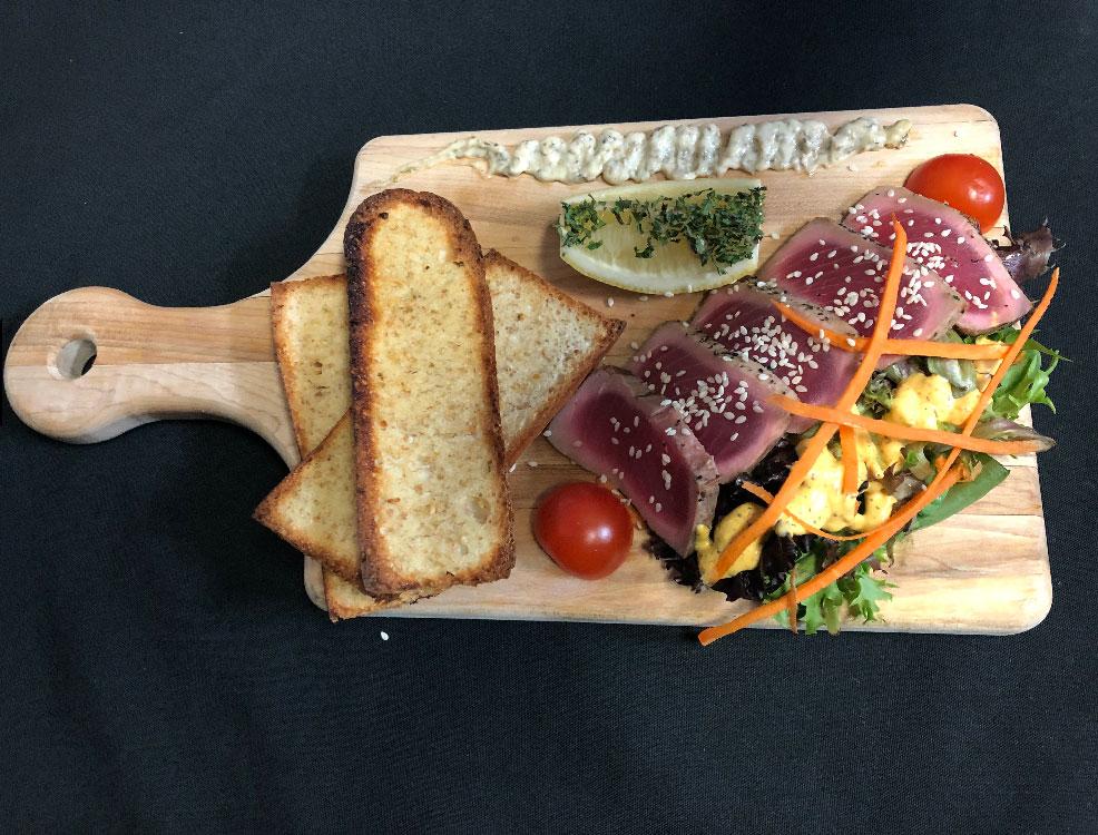 Entrée – Tataki de thon au sésame – Restaurant Mme Cécyle